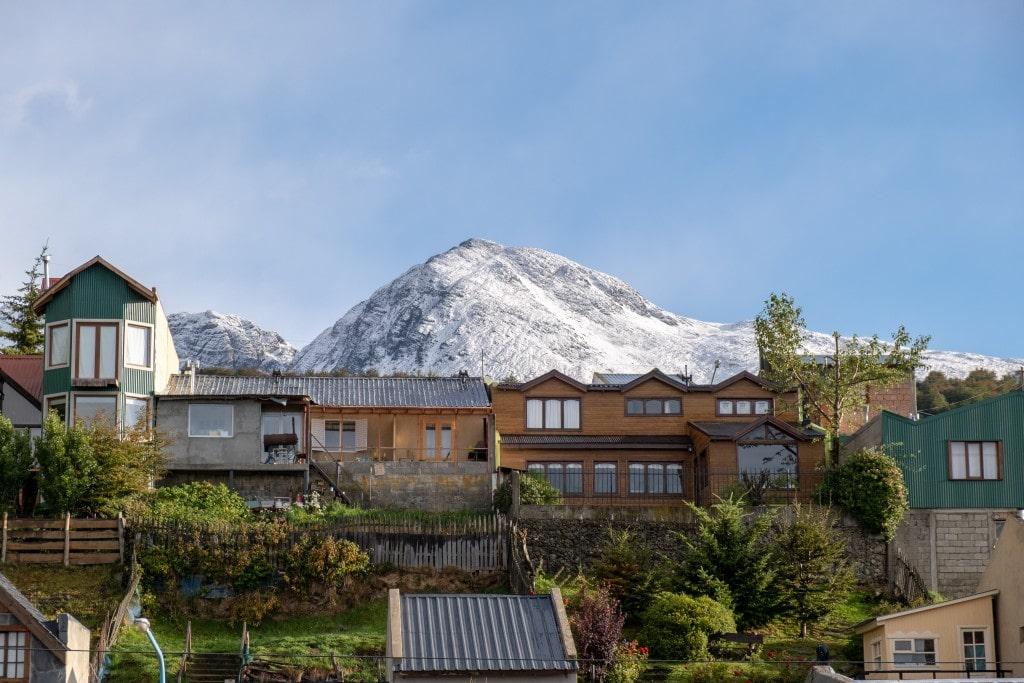 Montagnes enneigées depuis la ville d'Ushuaïa