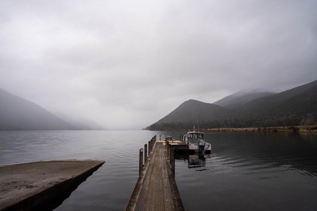 Un lac lors d'une journée pluvieuse sur l'île du Sud de la Nouvelle-Zélande