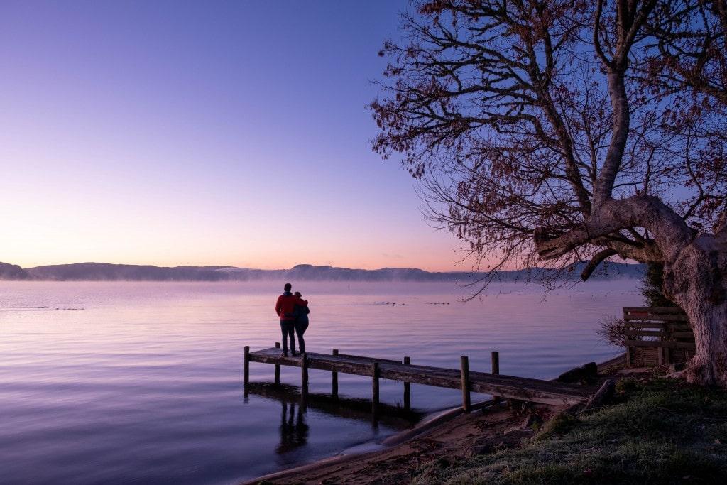 Lever du soleil hivernal sur le lac Rotorua sur l'île du Nord en Nouvelle-Zélande