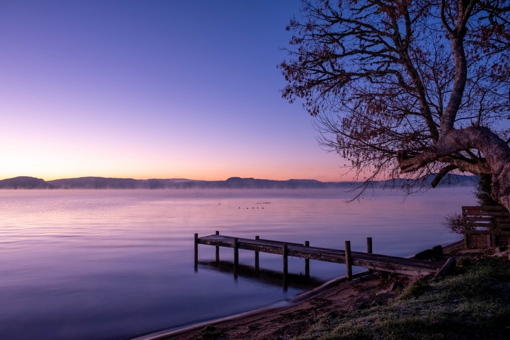 Lever du soleil sur le lac Roturoa